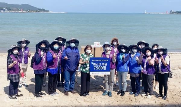 문훈숙 세계회장과 봉사단원들이 기장군자원봉사센터에 코로나19 감염예방을 위한 마스크 7,500장을 기부하고 있다/제공=세계평화여성연합