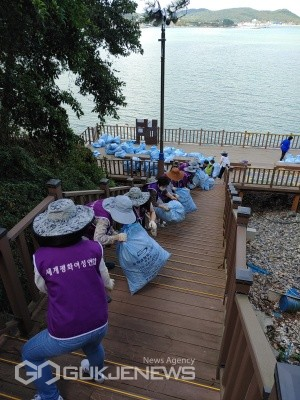 문훈숙 세계회장과 부산지역 봉사단원들이 15일 일광해수욕장 일대에서피해복구 및 해양쓰레기 수거 봉사활동을 펼치고 있다/제공=세계평화여성연합