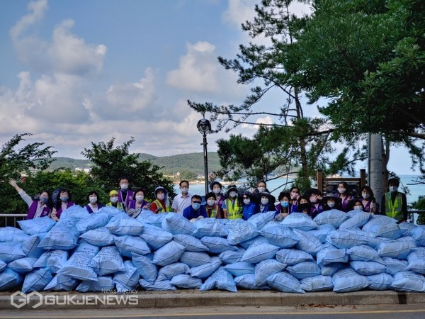 문훈숙 세계회장과 부산지역 봉사단원들이 15일 일광해수욕장 일대에서피해복구 및 해양쓰레기 수거 봉사활동을 펼쳤다/제공=세계평화여성연합