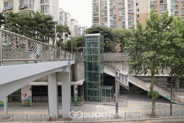 신정양천아파트 쪽에 설치된 오금보도육교의 엘리베이터